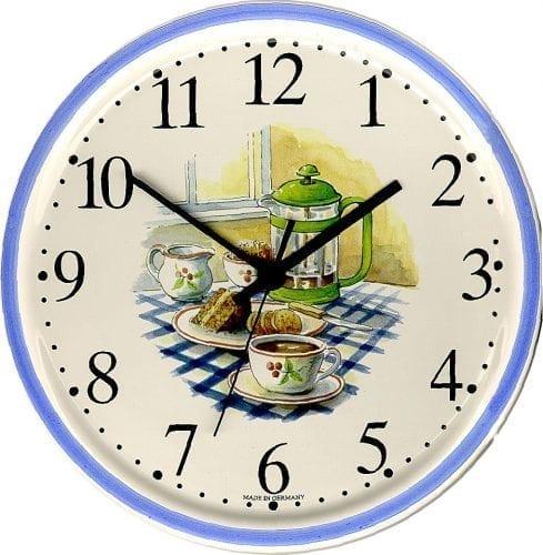 Tisch mit blau kariertem Tischdecke und Kaffeeset mit Kuchen, runde Uhr, Blaurand